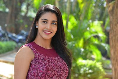 daksha-nagarkar-at-husharu-team-interview-with-press